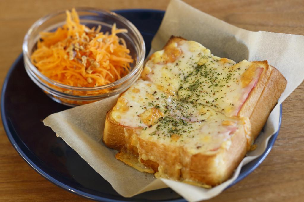 チーズトースト<br>単品¥450 ミニサラダセット¥600