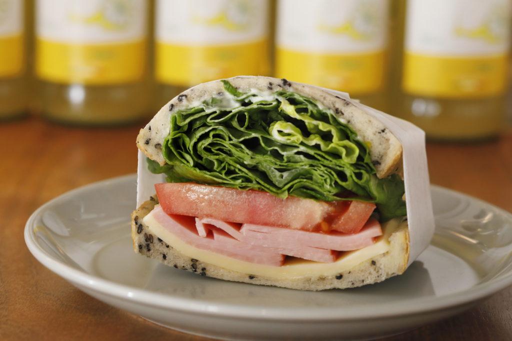ロースハムとゴーダチーズと野菜の<br>サンドイッチ<br>¥400